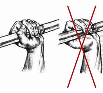 Rechts: Suicide Grip (schlecht) Links: Komplett um die Stange gegriffen (gut)